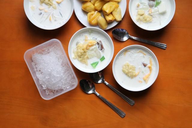 Bạn cũng có thể tự tay làm món chè này, tuy nhiên hương vị thì không thể giống như quán chè sầu ở Đà Nẵng. Ảnh: I.T
