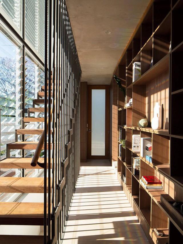 Ngôi nhà có khu vườn bao quanh giúp các không gian sống ngập tràn ánh sáng và có view nhìn thật đẹp. Song song với đó nội thất trong nhà cũng được thiết kế vô cùng tinh tế, đặc biệt là hệ cầu thang mặt gỗ, khung thép giúp không gian chung bay bổng hơn rất nhiều.