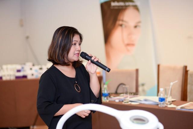 Bà Phạm Phương Linh - Giám đốc đào tạo Juliette Armand đang chia sẻ kiến thức