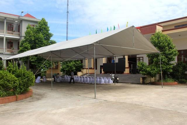 Màn hình led cỡ lớn được lắp tại sân UBND xã Tứ Cường (quê Văn Thanh) để truyền hình trực tiếp trong trận đấu tranh Huy chương đồng chiều nay. Ảnh: Đ.Tùy