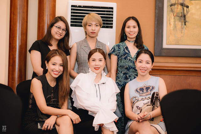 Á hoàng doanh nhân Lương Thanh Lan (ngoài cùng bên trái hàng đầu tiên) cùng Chuyên gia Trang điểm Tina Lê (ở giữa), MC Thanh Vân (ngoài cùng bên phải) và NTK/Stylist Dương Vy (ở giữa hàng sau)