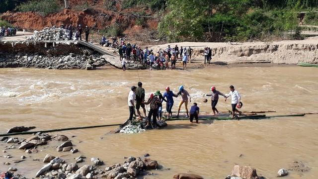 Xã Mường Chanh vẫn bị cô lập, muốn lên được xã phải đi bè mảng và vượt qua những cung đường đất nhão. Ảnh: Ngọc Hưng