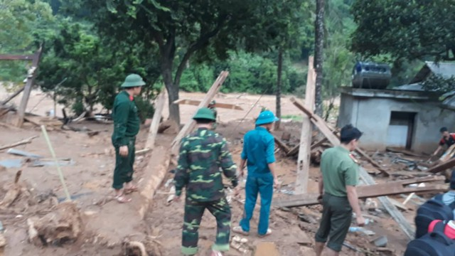 Bộ đội biên phòng, công an giúp dân dựng lại nhà.
