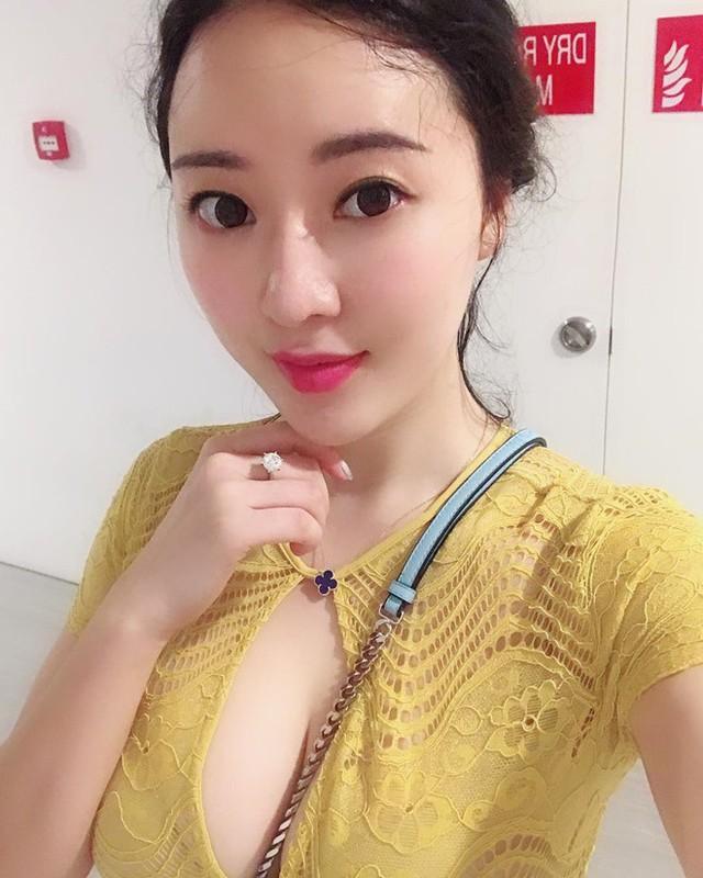 Ngoài lĩnh vực thời trang, Tưởng Phinh Đình cũng tham gia diễn xuất. Năm 2017, chân dài 8X góp mặt trong tác phẩm Hạ bán thành phong vân.