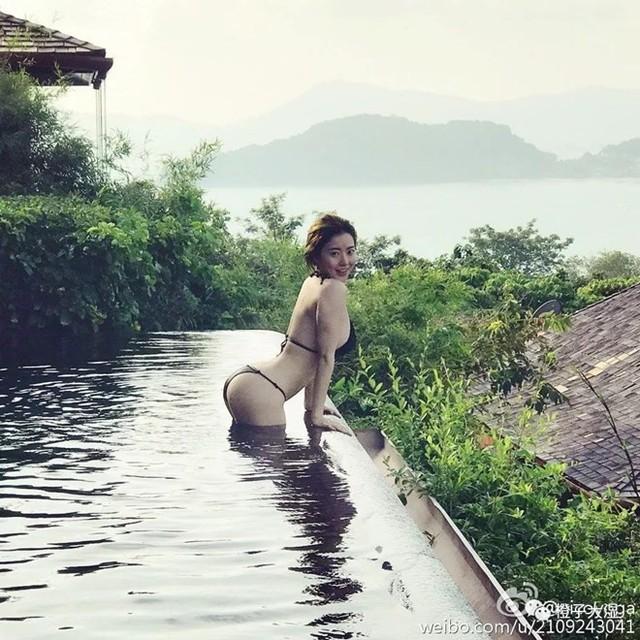 Theo Laonanren, Tưởng Phinh Đình sinh ngày 15.12.1988 ở Trùng Khánh, Trung Quốc. Cô từng ghi danh tham gia cuộc thi Hoa hậu Trùng Khánh và giành giải thưởng phụ Tài năng xuất sắc nhất. Tờ này cho biết, Phinh Đình đang sống tại Singapore.