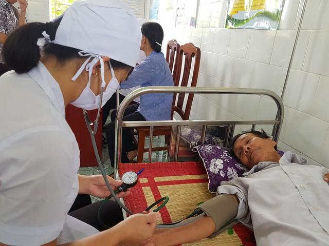Đo huyết áp cho bệnh nhân tại Trạm Y tế xã Xuân Hồng (Xuân Trường, Nam Định). Ảnh: V.Thu