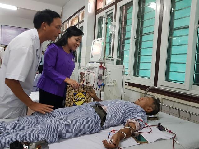 Bộ trưởng Bộ Y tế Nguyễn Thị Kim Tiến thăm, tặng quà bệnh nhân chạy thận nhân tạo ở BVĐK tỉnh Nam Định.