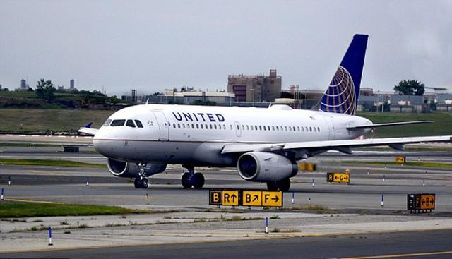 Máy bay của hãng Unites Airlines hạ cánh tại sân bay Glasgow, Scotland, sáng 23/8. Ảnh: Daily Record.