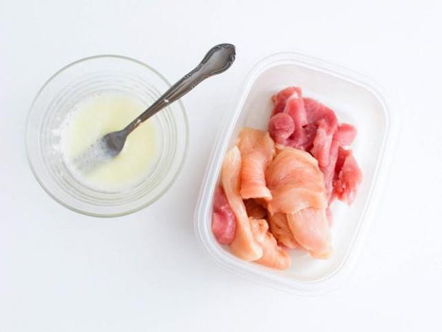 Thêm một lòng trắng trứng và 1 thìa cà phê bột bắp sẽ giúp thịt trở nên ngon ngọt và mềm hơn trong suốt quá trình nấu.
