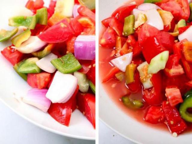 Đừng thêm rau quả vào salad ngay lập tức, đặt chúng vào một cái bát riêng biệt và rắc một chút muối lên trên, sau vài phút hãy trộn vào salad. Muối sẽ giúp rau củ ít tiết ra nước hơn, giúp giữ được hương vị tươi mát.