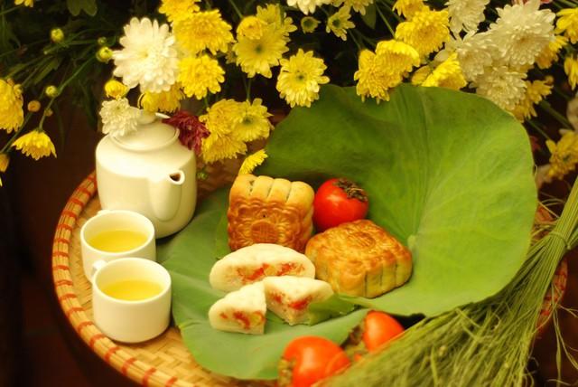 Việt Nam: Tại Việt Nam, bánh trung thu gồm 2 loại: Bánh nướng và bánh dẻo. Thông thường, bánh nướng và bánh dẻo có hình tròn hoặc hình vuông. Hoa văn phổ biến in nổi trên bánh là bông sen. Bánh truyền thống có nhân đậu xanh, hạt sen hoặc thập cẩm. Ảnh: T.L.