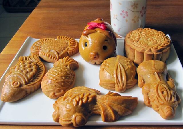 Ngoài hình vuông và hình tròn, bánh Trung thu ở Việt Nam còn sở hữu hình thù đa dạng như con lợn hoặc con cá. Khi phá cỗ, người ta cắt bánh ăn cùng nhau bên cạnh những đồ ăn khác như cốm, chuối tiêu, hồng và bưởi. Ảnh: Lake George Dinner Theatre.