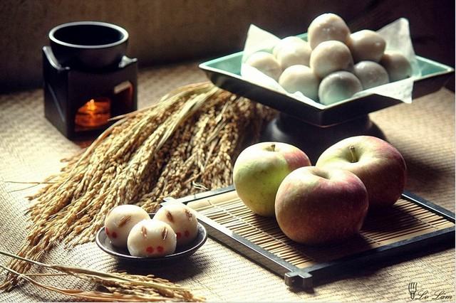 Nhật Bản: Vào Tết Trung thu, người Nhật làm món bánh Tsukimi Dango truyền thống từ bột gạo nếp. Họ tin rằng thỏ ngọc sống trên mặt trăng. Khi ngắm trăng, họ thường tưởng tượng những chú thỏ đang ăn bánh bao hoặc giã bánh Tsukimi Dango. Ảnh: Lv Lâm.