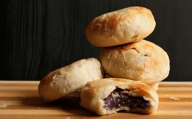 Thông thường, nhân bánh hopia là đậu xanh, khoai môn, đậu đỏ, khoai lang tím, sầu riêng hoặc thịt lợn. Phần bột bên ngoài bánh xếp thành từng lớp, ăn hơi giòn. Ảnh: Danupancu.