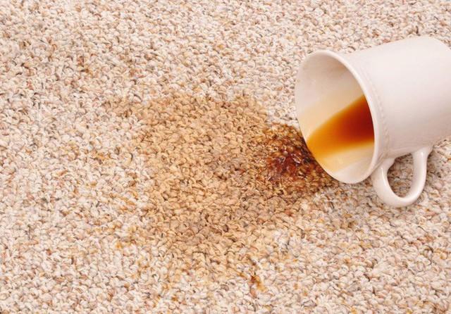 Các vết bẩn từ cà phê, trà, rượu vang trên thảm sẽ bị đánh bay với dung dịch glycerin