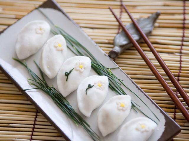 Hàn Quốc: Trung Thu là một trong những lễ hội lớn nhất trong năm ở xứ sở kim chi. Trong dịp này, người ta làm món bánh truyền thống, gọi là songyeon. Bánh trung thu của Hàn Quốc mang hình bán nguyệt và không tròn như của Trung Quốc. Ảnh: Conde Nast Traveler.