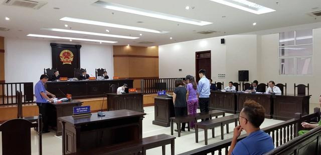 Nguyễn Diệu Linh chủ quán karaoke (ngoài cùng bên trái) sụt sùi khóc khi được tòa xét hỏi. (ảnh: HC)