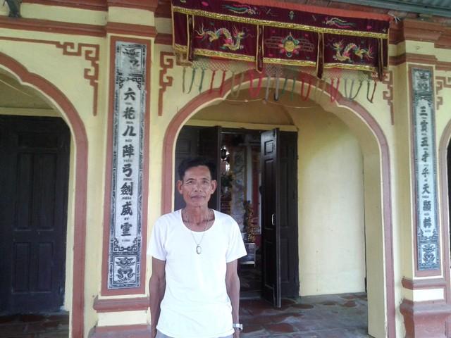 Thủ từ Nguyễn Xuân Tụng kể chuyện nhiều người phụ nữ đến ngôi đền ba gian này khẩn cầu đức lang quân bỏ rượu, tu chí làm ăn. Ảnh: Ngọc Tuấn