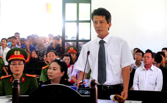Đại diện gia đình bị hại yêu cầu tòa truy tố các bị cáo tội danh Giết người. Ảnh: Tuấn Kiệt.
