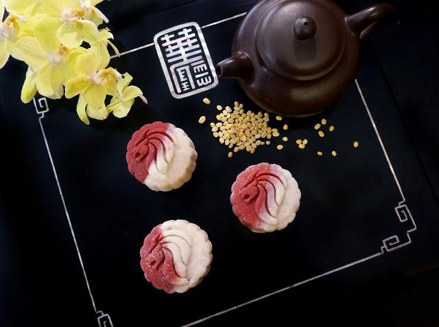 Người làm bánh sẽ sử dụng vị ngọt tự nhiên của mật ong thay cho đường, trộn lẫn hoa nhài thanh mát để làm hài lòng thực khách. Loại bánh này phù hợp với những người kiêng ngọt, ưa thích vị thanh đạm. Sáng tạo hơn, bạn có thể thêm chút nước ép quả mâm xôi hoặc dâu tây làm phần vỏ để bánh có màu hồng đẹp mắt. Ảnh: Pinterest.