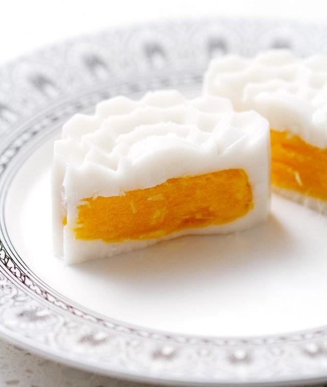 Bánh thạch xoài cốt dừa: Món bánh mới lạ, độc đáo này mang đặc trưng của nền ẩm thực phương Tây với các món tráng miệng thanh mát, thiết kế đẹp. Không hề có một chút tinh bột nào, bánh thạch làm hoàn toàn từ nước cốt dừa thơm ngậy và xoài xay nhuyễn. Tương tự như các loại pudding, bạn chỉ cần hâm nóng sữa dừa, vanilla với lượng đường phù hợp cùng bột thạch sau đó đổ khuôn để tủ lạnh. Ảnh: BonAippetit.