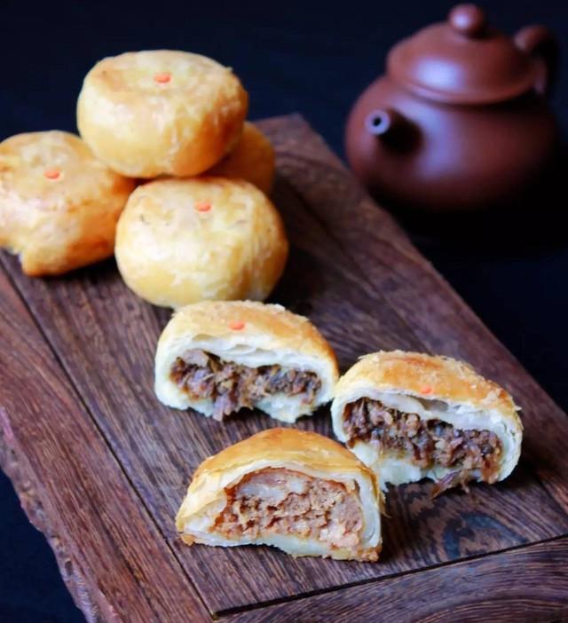 Bánh nấm nướng ngàn lớp: Bánh nướng ngàn lớp nhân nấm là thức quà biếu sang trọng tại Trung Quốc. Những người thợ làm bánh lựa chọn loại nấm matsutake nổi tiếng của Nhật Bản để làm nhân. Loại nấm này khi xào cùng mộc nhĩ càng thêm thơm mùi vị độc đáo và giòn sật sật từ hai nguyên liệu, chinh phục nhiều thực khách. Món bánh trung thu mặn này là lựa chọn thú vị cho các tín đồ làm bánh. Ảnh: Ctgn.com.
