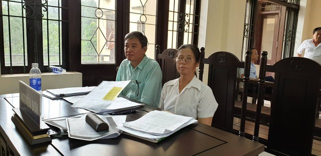 Vợ chồng bà nhị mong rằng HĐXX cấp Phúc thẩm sẽ có một phán quyết công minh. (ảnh: HC)