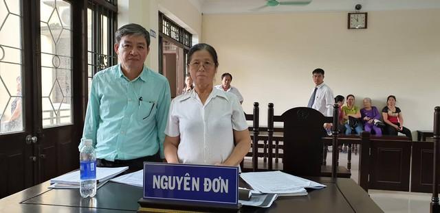 Vợ chồng bà Nhị tại phiên xử phúc thẩm bởi HĐXX TAND tỉnh Bắc Ninh. (ảnh: HC)