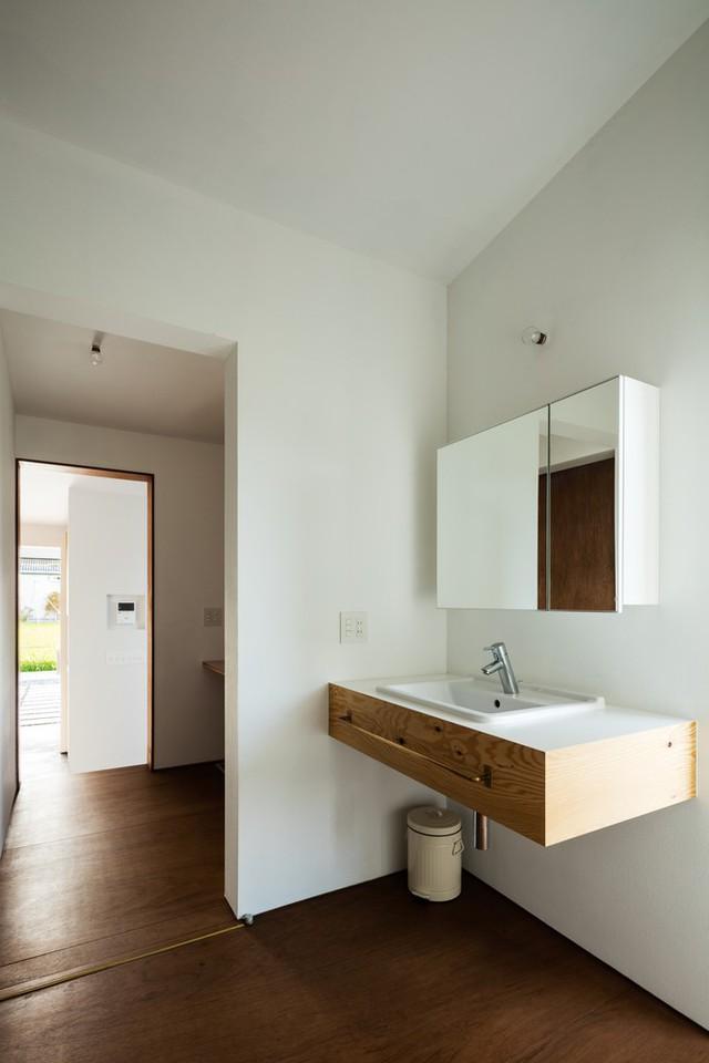 Nhà vệ sinh cũng như các phòng khác đều rất ít đồ đạc