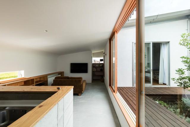 Trên một mảnh đất vuông vắn, các căn phòng của ngôi nhà được sắp xếp theo hình chữ U. Nhà có hai cửa vào.