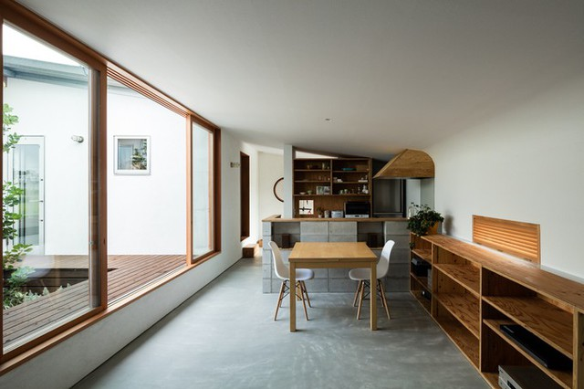 Nội thất trong nhà đơn giản, chủ yếu là tông màu nâu vàng của đồ gỗ và trắng xám của sơn tường, gạch lát và các món đồ khác.