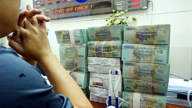 Không chỉ tăng lãi suất, một số ngân hàng còn tung ra nhiều chiêu để thu hút người gửi tiền (ảnh minh họa - Ngọc Thắng)