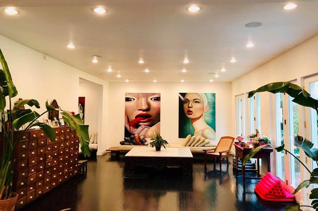 Ngôi nhà có 5 phòng ngủ, được bố trí rải rác để đảm bảo sự riêng tư cho mỗi thành viên. Vợ chồng Bằng Lăng thích sự đơn giản nhưng ấn tượng nên đi theo phong cách hiện đại, sử dụng màu trắng làm tông màu chủ đạo, tạo điểm nhấn bằng những món đồ cổ.