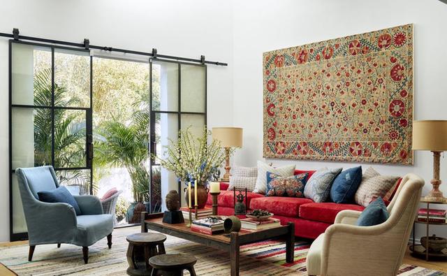Trong phòng khách, cặp vợ chồng có ghế sopha với bảng màu đặc sắc, khăn dệt theo phong cách Bohemian kết hợp với thảm trải sàn bằng vải dệt Otis. Loại vải này được mua ở Marrakech.