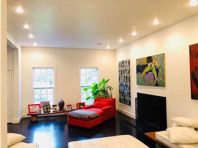 Chiếc sofa màu đỏ là góc yêu thích của Bằng Lăng, nơi cô thường nằm thư giãn, đọc sách và ngắm tuyết rơi vào mùa đông. Xung quanh, cựu siêu mẫu bày biện các bức tranh và một số hình ảnh gia đình.