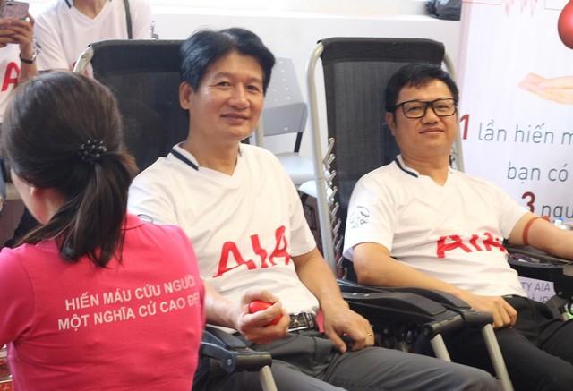 Ông Võ Quyết Thắng, Phó Tổng Giám đốc Phát triển Kinh doanh AIA Việt Nam (bên trái) tham gia hiến máu.