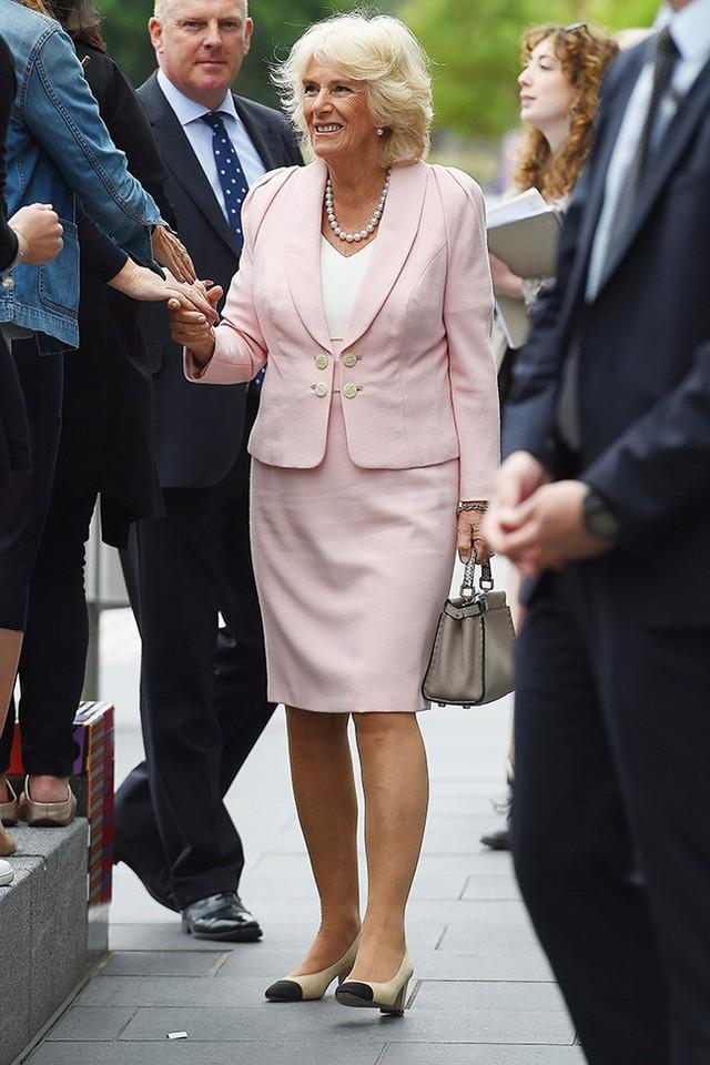 Đôi giày Chanel thường xuyên được bà Camilla đi trong nhiều sự kiện.