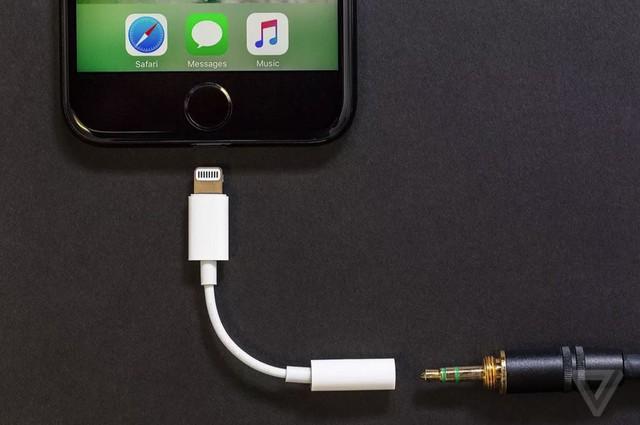 Bên cạnh đó, Apple cũng không còn tặng kèm đầu chuyển tai nghe mà chỉ bán rời với giá 9 USD