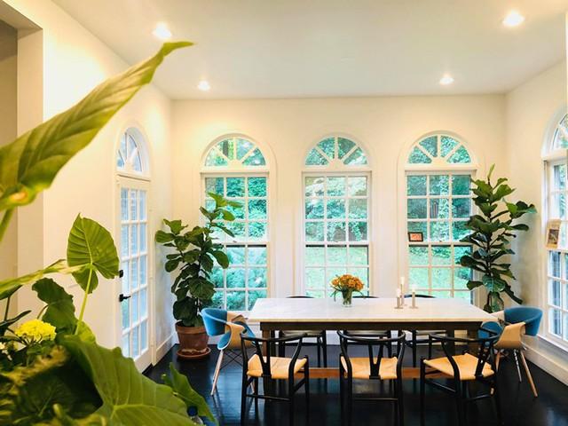 Bà mẹ hai con thích trang trí không gian sống bằng cây xanh bởi chúng mang đến niềm vui, sự bình yên và cảm giác thanh thản.