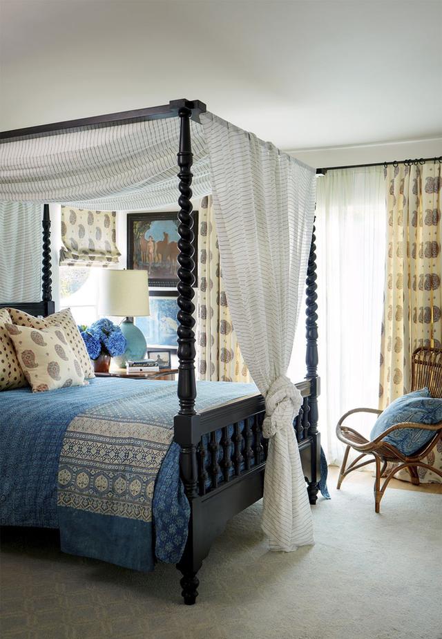 Phòng ngủ tiếp theo được sử dụng phông màu xanh dương êm ái. Đây là phòng ngủ của cậu con trai Louis. Chiếc giường xoắn Barley của Ireland được phủ lên các loại hoa văn hình học tinh tế. Các vỏ gối đều do chính tay Ireland may. Cô cho biết, mình rất thích tự tay làm những điều có ích cho cuộc sống của người thân trong gia đình.