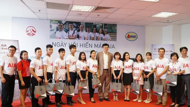 Ông John Cai, Tổng Giám đốc Khu vực Tập đoàn AIA và lãnh đạo AIA Việt Nam tuyên dương các tình nguyện viên đã nhiều lần tham gia hiến máu.