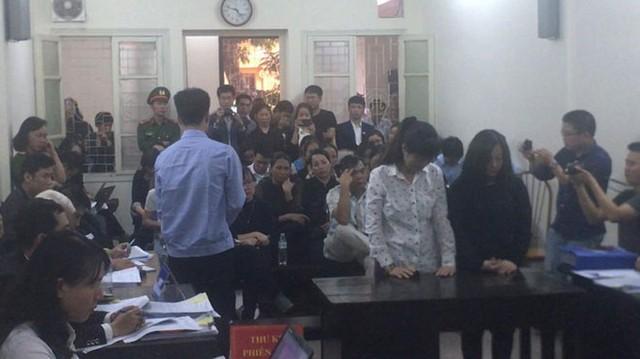 Thợ hàn Hoàng Văn Tuấn người trực tiếp hàn, gây vụ cháy quay xuống xin lỗi thân nhân các nạn nhân. (ảnh: TN)