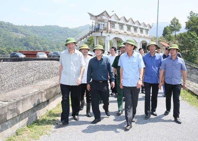 Sáng nay, Phó Thủ tướng Trịnh Đình Dũng đi kiểm tra công tác phòng chống cơn bão số 6 tại tỉnh Quảng Ninh. Ảnh: Đ.Phương