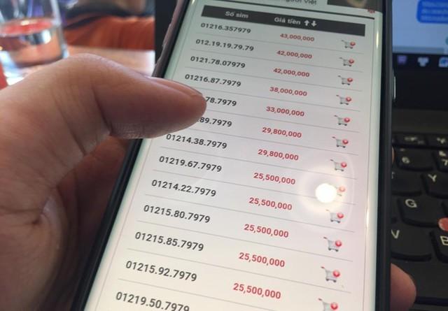 Rạng sáng ngày 15/9, 60 triệu SIM 11 số sẽ bước vào giai đoạn chuyển đổi về dạng 10 số kéo dài tới đầu tháng 10/2018. Ảnh: Ngô Minh.  Các dịch vụ này đều sử dụng phương thức xác nhận bằng cách gửi mã OTP qua tin nhắn. Do đó, người dùng cần phải chủ động thay đổi số điện thoại đã đăng ký để tránh trường hợp không nhận được mã xác nhận hoặc nghiêm trọng hơn có thể mất tài khoản.  Một số dịch vụ đã tự động đổi đầu số như Zalo, Viber  Hiện tại, một số dịch vụ đã hỗ trợ như Zalo, Viber đã hỗ trợ tự động đổi đầu số, người dùng hiện tại sẽ không chịu tác động bởi việc chuyển đổi đầu số này.  Theo đó, sau ngày 15/9, người dùng Zalo, Viber vẫn có thể đăng nhập tài khoản dù sử dụng số điện thoại cũ hay mới, đồng nghĩa với việc tất cả kết nối tới bạn bè trong danh bạ đều không bị ảnh hưởng.     Người dùng Zalo không bị ảnh hưởng bởi việc chuyển đổi thuê bao.      Hệ thống sẽ tự động điều chỉnh theo thay đổi của các nhà mạng và đồng bộ với danh bạ. Điều này sẽ giúp giải quyết những phiền toái nếu người dùng lỡ quên cập nhật số điện thoại sử dụng Zalo.  Điều chỉnh trong tài khoản Google và Facebook  Bên cạnh một dịch vụ đã hỗ trợ đổi đầu số tự động như Zalo, Viber, với đa số dịch vụ khác bao gồm Google, Facebook, người dùng sẽ phải làm điều này thủ công, càng sớm càng tốt nếu không muốn mất tài khoản vì không nhận được OTP qua tin nhắn.  Với tài khoản Google, người dùng có thể truy cập theo đường dẫn tại đây , sau đó nhập lại mật khẩu của tài khoản và cập nhật số điện thoại với đầu số mới.     Người dùng truy cập theo đường dẫn để có thể thay đổi số điện thoại cho các dịch vụ của Google và Facebook.      Người dùng cũng làm tương tự với tài khoản Facebook bằng cách truy cập theo đường dẫn tại đây và đổi lại đầu số. Facebook sẽ gửi mã OTP về số điện thoại mới cập nhật, người dùng chỉ cần xác nhận theo mã đã nhận để hoàn thành việc cập nhật.  Đổi số điện thoại xác nhận Internet Banking  Ngân hàng Nhà nước đã yêu cầu các ngân hàng có các biện pháp hỗ trợ việc chuyển đổi thuê bao 11
