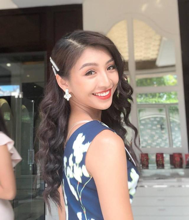 Người đẹp đến từ Hà Nội và học tại Đại học Mở