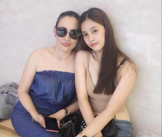 Nhìn những bức hình ngoài đời, có thể thấy Tân Hoa hậu sở hữu nhiều nét đẹp từ mẹ