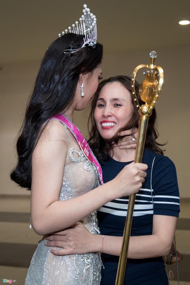 Trong những chia sẻ đầu tiên khi trở thành Hoa hậu Việt Nam 2018, người đẹp gửi lời cảm ơn đến ba mẹ vì công sinh thành và nuôi dưỡng. Cô cũng chia sẻ hiện tại người cô muốn gặp nhất là mẹ.