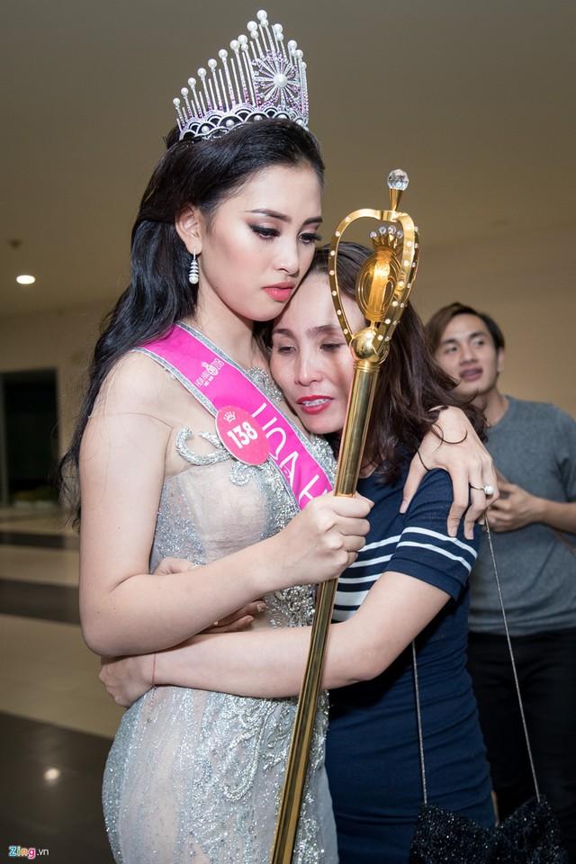 Cô đã ôm lấy mẹ sau khi giành vương miện