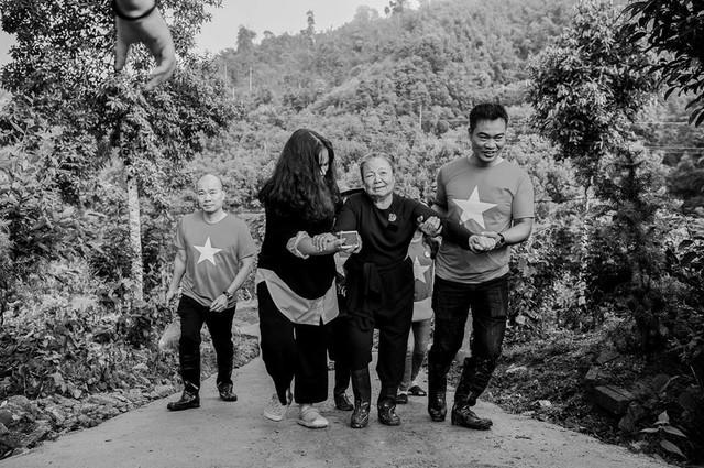Vợ PGS Văn Như Cương dù tuổi cao nhưng vẫn lên miền núi thực hiện di nguyện của ông