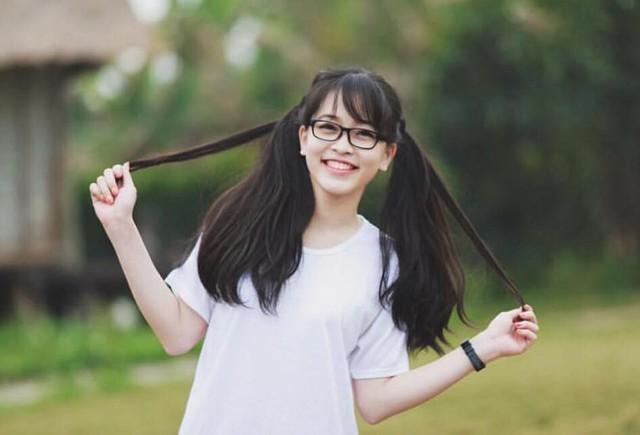 Phương Nga theo học trường THPT Kim Liên, Hà Nội. Cô bị cận thị nên thường gắn bó như hình với bóng với cặp kính cận.
